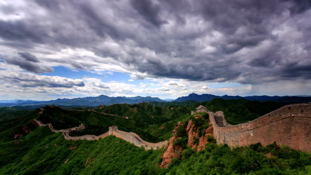 vidéos et rushes de t/l ws ha td the great wall under rolled clouds / beijing, china - grande muraille de chine