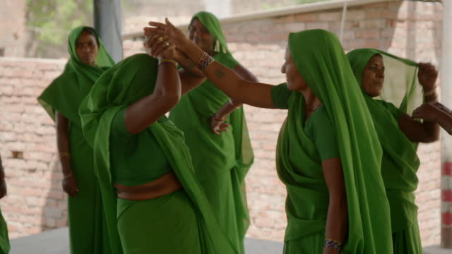 the 'green gang' - a women's group in rural uttar pradesh - practice self-defence with the help of a group of students, india. - 女性の権利点の映像素材/bロール