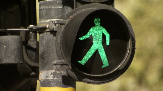 vídeos y material grabado en eventos de stock de the green man of a pedestrian crossing is illuminated and then goes out. available in hd - semáforo