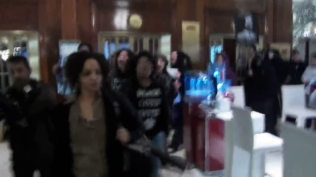 the groups shut it down and grand central crew held a protest at grand central then marched inside saks fifth avenue where they held a diein later... - ロックフェラーセンターのクリスマスツリー点の映像素材/bロール