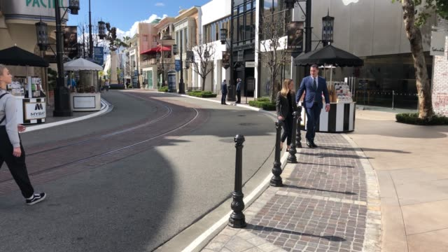 vídeos de stock, filmes e b-roll de the grove a usually popular and crowded los angeles tourist attraction empty at 4pm on march 17 2020 in los angeles california - the grove los angeles