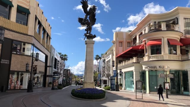 vídeos de stock, filmes e b-roll de hyperlapse the grove a usually popular and crowded los angeles tourist attraction empty at 4pm on march 17 2020 in los angeles california - the grove los angeles
