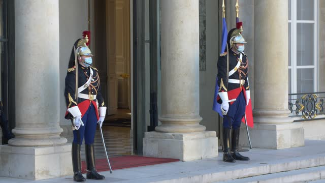 the guards on duty at the entrance to the elysée palace, seat of the presidency of the french republic, at the conclusion of the council of ministers... - 会長点の映像素材/bロール