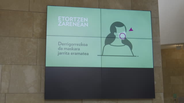 vidéos et rushes de the guggenheim museum bilbao reopens its facilities after the coronavirus shutdown. the public will be able to enjoy the visit between 11:00 and... - ouverture du diaphragme