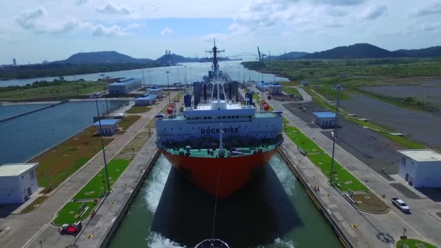 vídeos y material grabado en eventos de stock de the guidedmissile destroyer uss fitzgerald makes it passage through the cocolí locks at the panama canal in panama on route to mississippi for... - canal corriente de agua