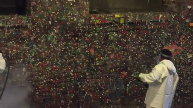 vídeos de stock, filmes e b-roll de the gum wall at pike place market in seattle is given its first full clean in 20 years - pike place market