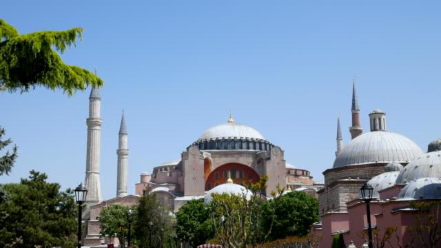 die hagia sophia moschee in der altstadt platz istanbul türkei, 4k resolution. - bulgarien stock-videos und b-roll-filmmaterial
