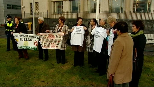 the hague: ext protesters holding up posters and t-shirts outside the international criminal tribunal for the former yugoslavia, where radovan... - ラドヴァン カラジッチ点の映像素材/bロール
