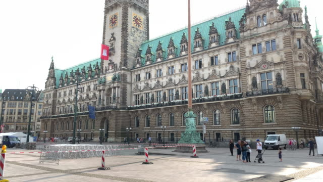 the hamburg town hall (rathaus), the seat of the state parliament - rathaus hamburg stock-videos und b-roll-filmmaterial