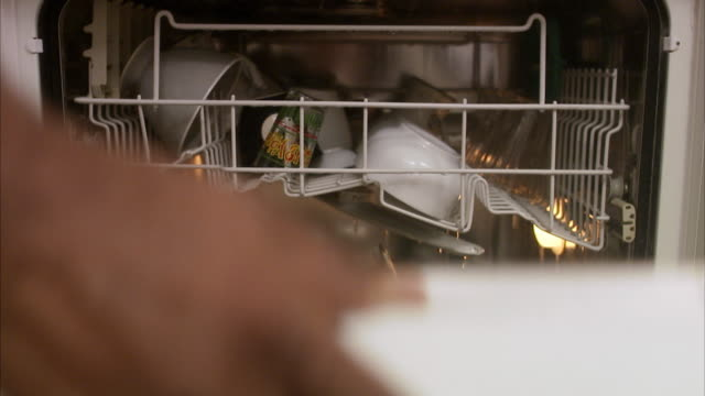 vidéos et rushes de the hand of a man taking out the dishes from the dishwasher. - lave vaisselle