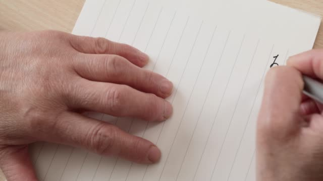 手紙を書く先輩女性の手 - 郵便点の映像素材/bロール