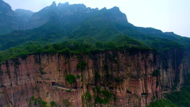 vidéos et rushes de le suspendu mur précipice autoroute (tunnel) en monts taihang 02 - scène non urbaine