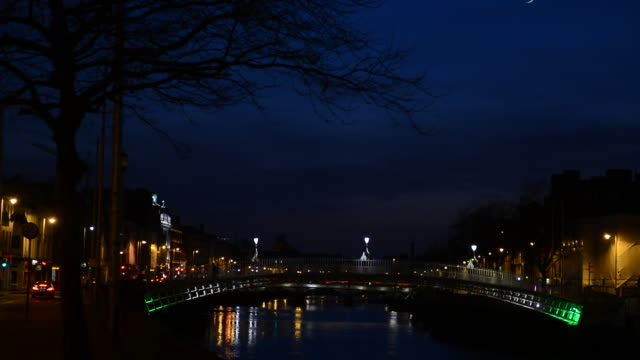 the hapenny bridge at night, dublin city, ireland. - vanishing point stock videos & royalty-free footage