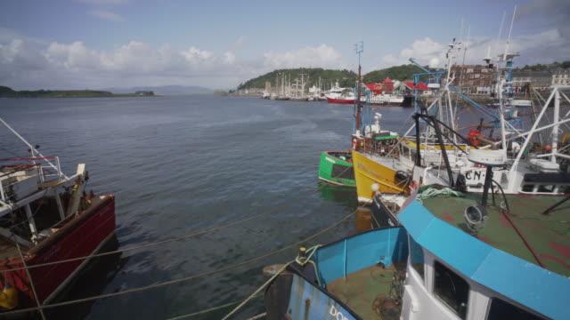 vidéos et rushes de the harbour and fishing boats in oban, scotland - îles hébrides