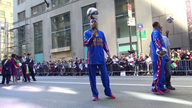 the harlem globetrotters are an exhibition basketball team that combines athleticism, theater, and comedy / midtown manhattan, new york city, usa. - ハーレムグローブトロッターズ点の映像素材/bロール