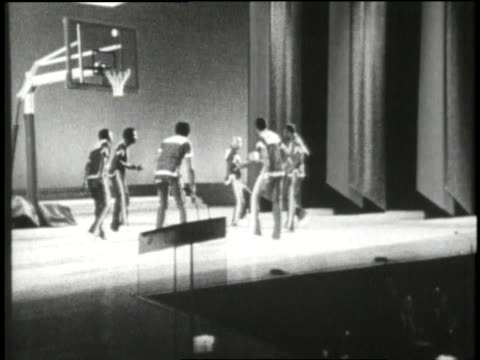 the harlem globetrotters perform onstage at the kennedy center gala. - ハーレムグローブトロッターズ点の映像素材/bロール