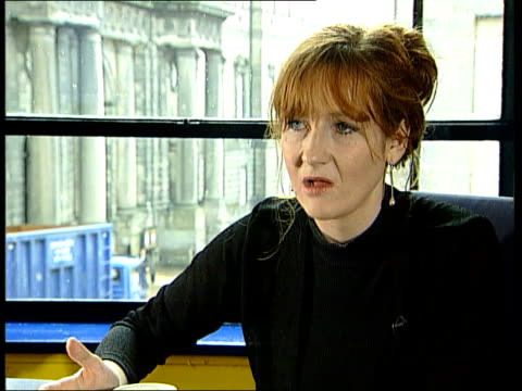 vidéos et rushes de the 'harry potter' books of jk rowling; location unknown: int harry potter interview sot - talks of being given copies of the books by friends... - harry potter titre d'œuvre