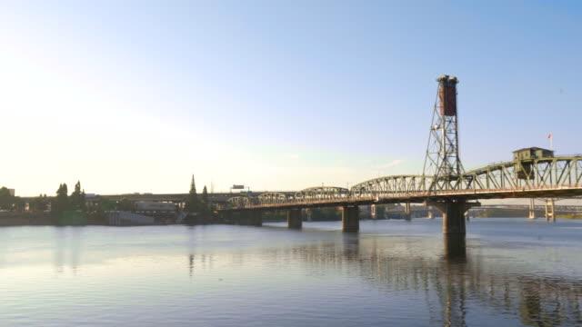 the hawthorne bridge at sunrise - fiume willamette video stock e b–roll