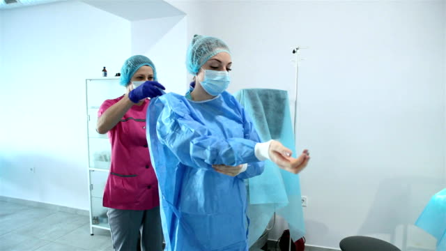 the head nurse is getting ready for surgery. - filmato non girato negli usa video stock e b–roll
