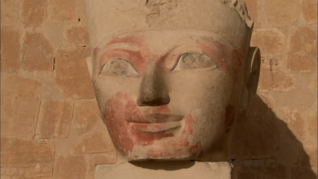 the head of a statue represents the pharaoh hatshepsut. available in hd. - hatschepsut tempel stock-videos und b-roll-filmmaterial