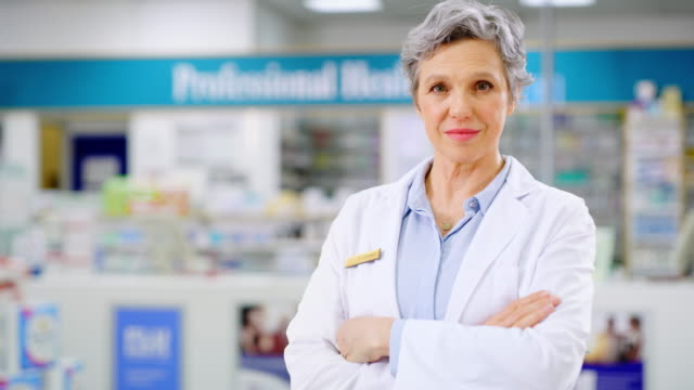 vídeos de stock, filmes e b-roll de o farmacêutico-chefe se - braços cruzados