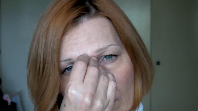 vídeos y material grabado en eventos de stock de el dolor de cabeza - una sola mujer madura