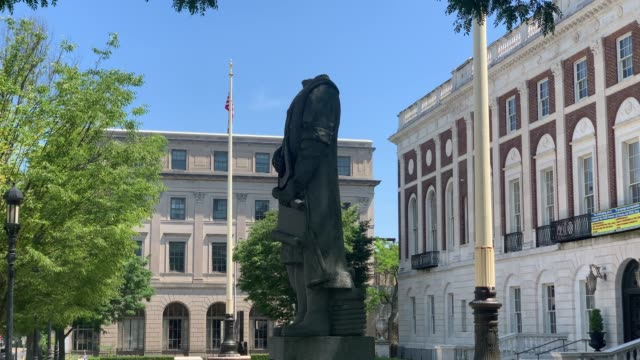 the headless statue of christopher columbus stands outside of waterbury's city hall on july 05 2020 in waterbury connecticut the decapitated statue... - cristoforo colombo video stock e b–roll