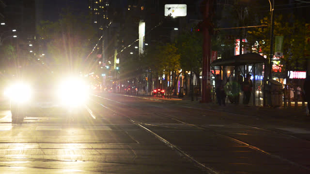 vidéos et rushes de the headlights of a car stationary in spadina street at night seen on august 26, 2018; in toronto, ontario, canada. the area is known as chinatown... - phare de véhicule