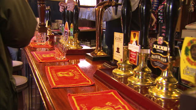 the heads of some of britain's biggest pub chains, brewers and nightclubs have urged the prime minister to 'stick to his guns' and impose a minimum... - größter stock-videos und b-roll-filmmaterial