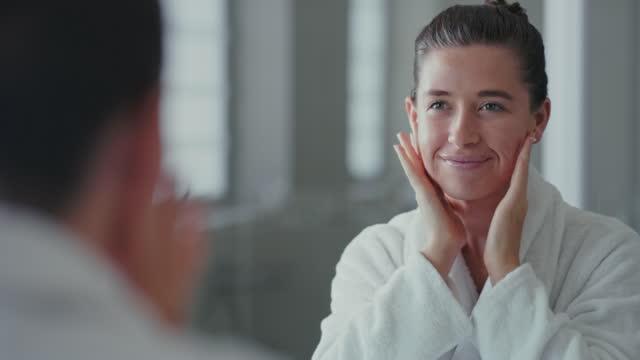 vídeos y material grabado en eventos de stock de cuanto más saludable sea mi piel, más feliz soy - cuidado