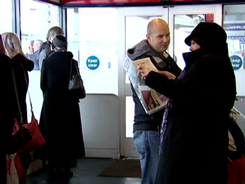 vídeos de stock e filmes b-roll de the heavy snow fall has caused misery for thousands of commuters as rail services have been severely delayed. heavy snow disrupts country's rail... - forma de água