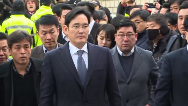 the heir to the samsung empire and four other top executives from the world's biggest smartphone maker are indicted on multiple charges including... - procuratore video stock e b–roll