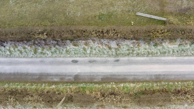 vidéos et rushes de la vue aérienne à angle élevé d'un drone d'une route étroite à voie unique dans un cadre rural à dumfries et galloway sud-ouest de l'ecosse - route à une voie