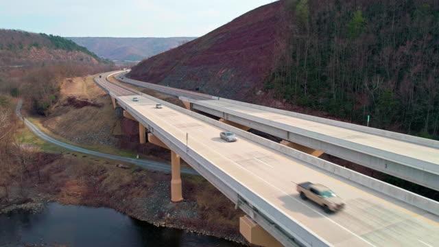 Die Hochbrücke über der Lehigh River an der Pennsylvania Turnpike. Absteigende Bewegung der Kamera.