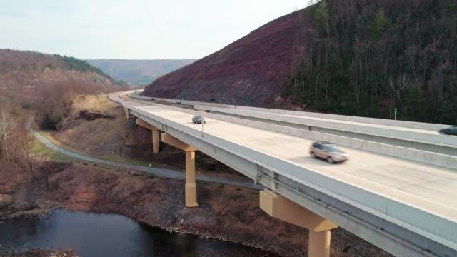 Die Hochbrücke über der Lehigh River an der Pennsylvania Turnpike. Aufsteigende Bewegung der Kamera.