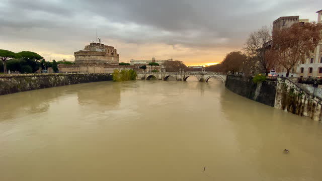 the high level of tiber river at ponte sant'angelo, in the background the castel sant'angelo on december 10, 2020 in rome, italy. in the measuring... - サンタンジェロ橋点の映像素材/bロール