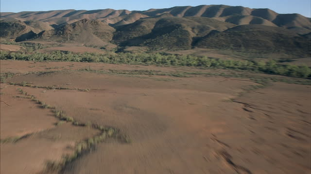 the hills and deserts of australia. - hügelkette stock-videos und b-roll-filmmaterial