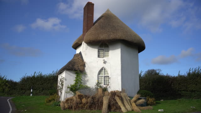 the historic toll house at stanton drew, somerset, uk. - halmtak bildbanksvideor och videomaterial från bakom kulisserna