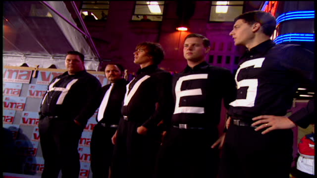 vídeos de stock e filmes b-roll de the hives arriving at the arriving to the 2002 mtv video music awards red carpet - 2002