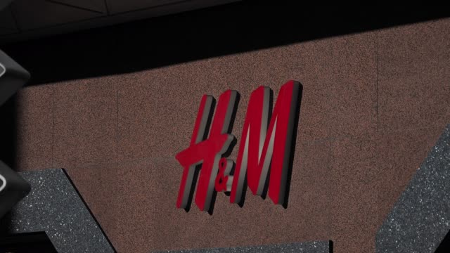 vídeos y material grabado en eventos de stock de the h&m flagship store in rue lafayette, in the 9th quarter of paris, is closed due to the coronavirus covid-19 outbreak, on march 15, 2020 in paris,... - number 9