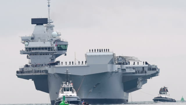 vidéos et rushes de the hms queen elizabeth supercarrier heads into port on august 16, 2017 in portsmouth, england. the hms queen elizabeth is the lead ship in the new... - royal navy