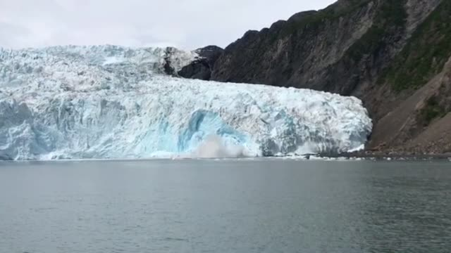 the holgate glacier is located in kenai fjords national park in alaska check out this amazing footage of massive chunk of it falling into the water... - altri temi video stock e b–roll