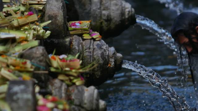 der heiligen quellen im ulu danau, bali, indonesien - mythologie stock-videos und b-roll-filmmaterial