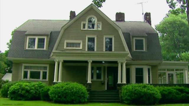 wpix the home supposedly stalked by an anonymous creepyletter writer known as the watcher with for sale signs in front yard in westfield new jersey... - cartello di agenzia immobiliare video stock e b–roll