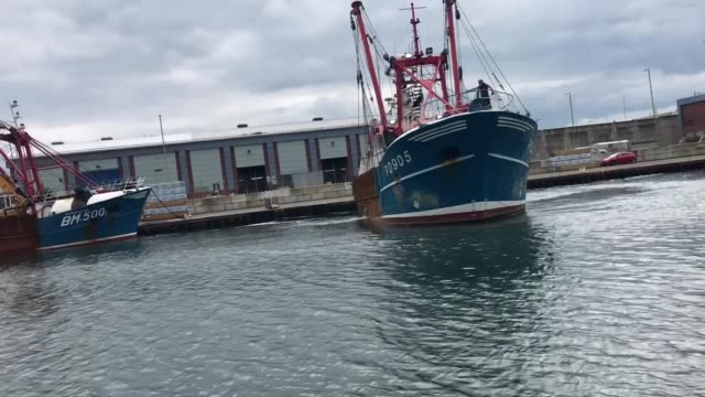 the honeybourne iii, a scottish scallop dredger, turns around at shoreham port, following clashes with french fishermen in the english channel,... - ホタテ点の映像素材/bロール