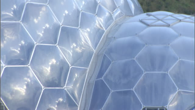 vídeos y material grabado en eventos de stock de the honeycomb-like dome of the eden project sparkles in the sun. - cornwall inglaterra