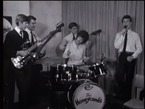 vídeos y material grabado en eventos de stock de the honeycombs perform a bit of 'have i the right' followed by an interview with drummer honey lantree - mujer con grupo de hombres