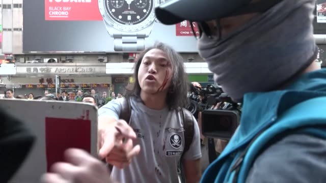 vídeos de stock, filmes e b-roll de the hong kong district of mong kok awakes to a third straight day of chaos and anger following a night of clashes between pro democracy protesters... - mong kok