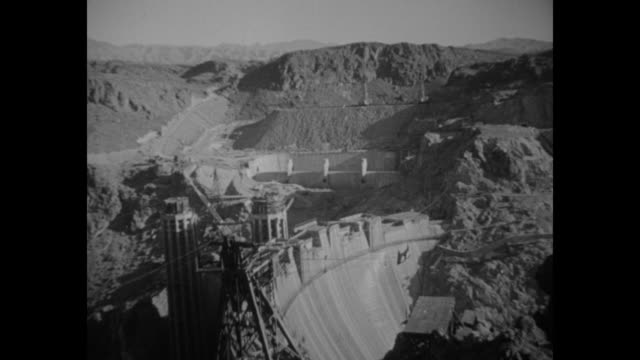 vídeos de stock, filmes e b-roll de vs the hoover dam in the black canyon on the border between nevada and arizona / note exact year not known - represa hoover