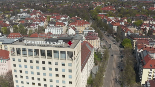 april 12, 2020: the hospitals in munich are well prepared for a spike in covid-19 infections. the red cross hospital at rotkreuzplatz is part of a... - baviera video stock e b–roll